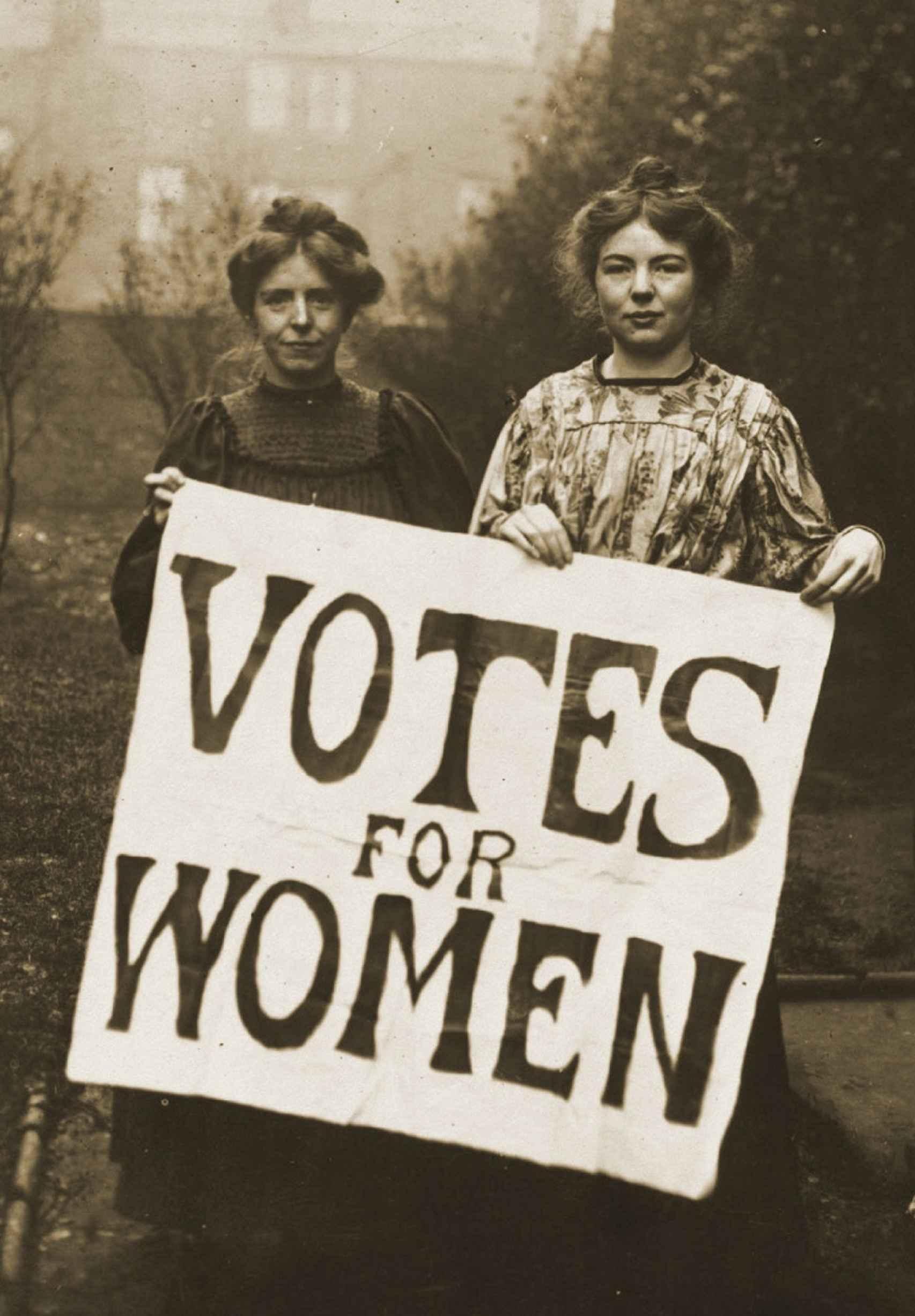 Annie Kenney y Christabel Pankhurst en 1908, exigiendo el voto de la mujer.
