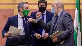 El consejero de Hacienda, Juan Bravo; el vicepresidente andaluz, Juan Marín, y el portavoz de Vox en Andalucía, Alejandro Hernández, tras la firma del anterior acuerdo presupuestario.