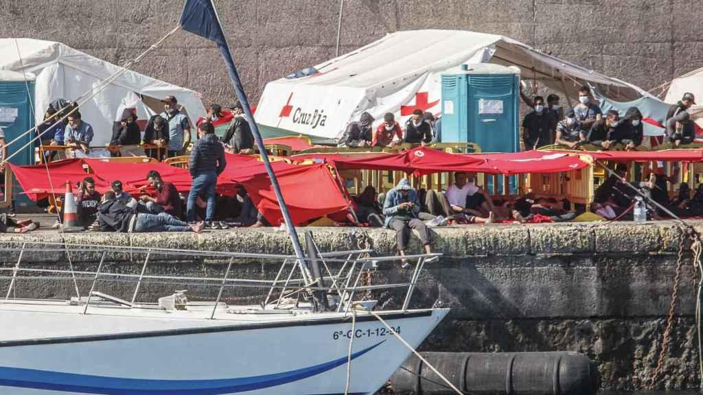 Varios inmigrantes en el muelle de Arguineguín, en Gran Canaria.