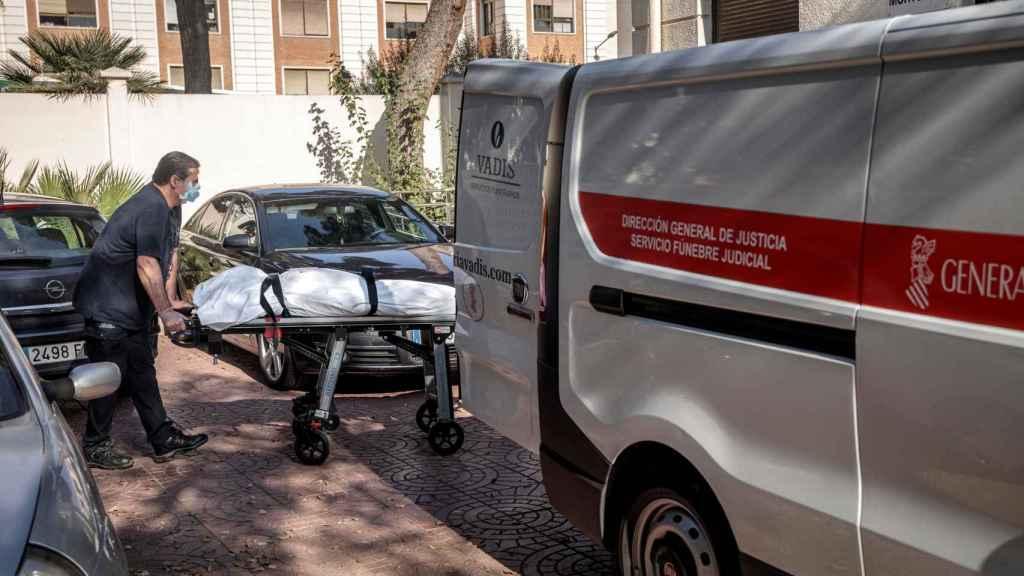 Un operario traslada a una víctima de la Covid-19.