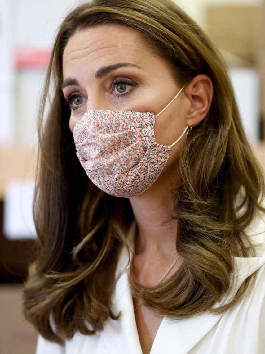 Kate Middleton luciendo una mascarilla de Amaia Kids.