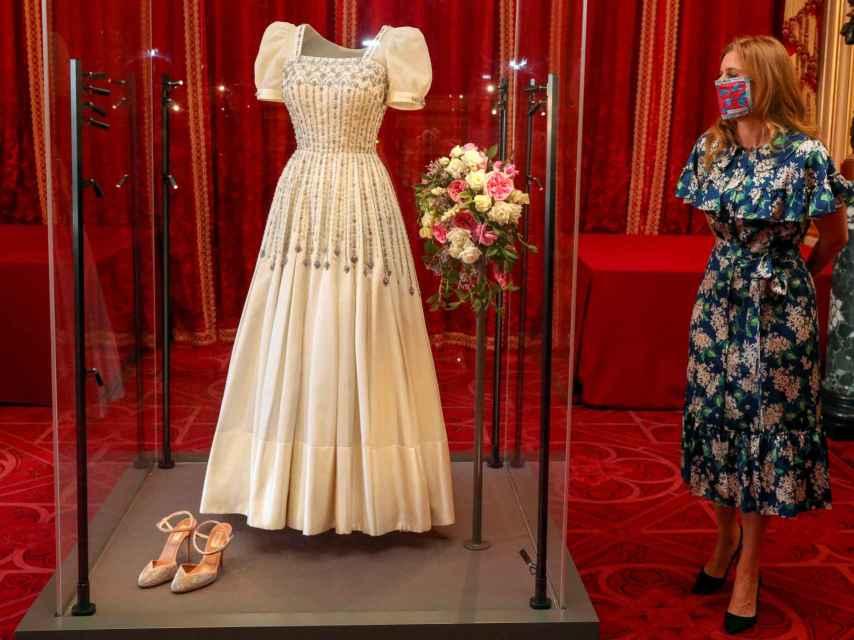 Beatriz de York, junto a su vestido de novia, exhibido en el Castillo de Windsor.