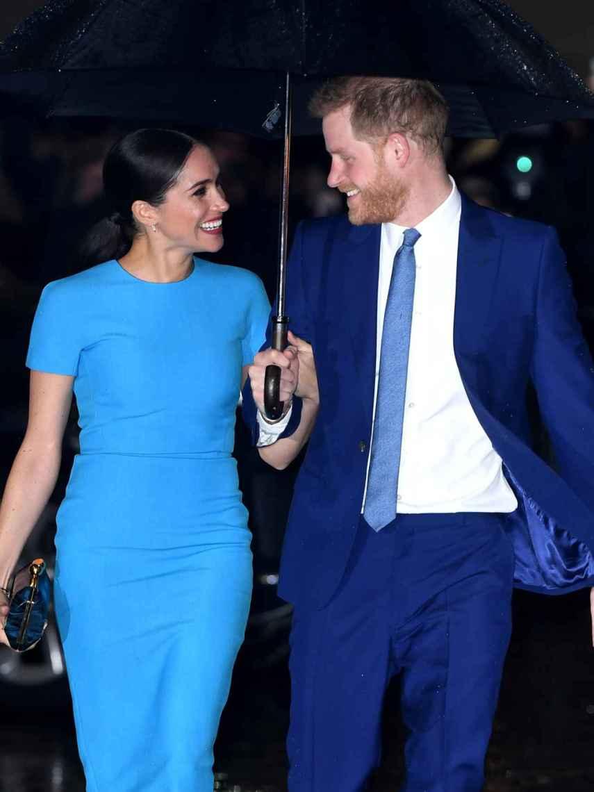 Meghan Markle, junto al príncipe Harry, luciendo el vestido de Victoria Beckham que se hizo viral.