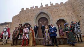 Los responsables de Puy du Fou y algunos de los actores, durante la presentación del parque este miércoles.