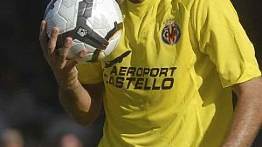 Robert Pires besa el balón con la camiseta del Villarreal