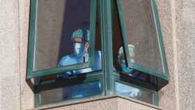 Unos trabajadores se asoman a una ventana de la residencia de mayores de Salvaterra do Miño, intervenida por la Xunta de Galicia.