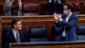 Pablo Iglesias, vicepresidente segundo, aplaude a Pedro Sánchez, presidente del Gobierno, en el Congreso.