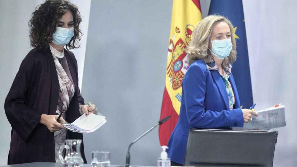María Jesús Montero y Nadia Calviño, tras  un Consejo de Ministros reciente, en una imagen de archivo.
