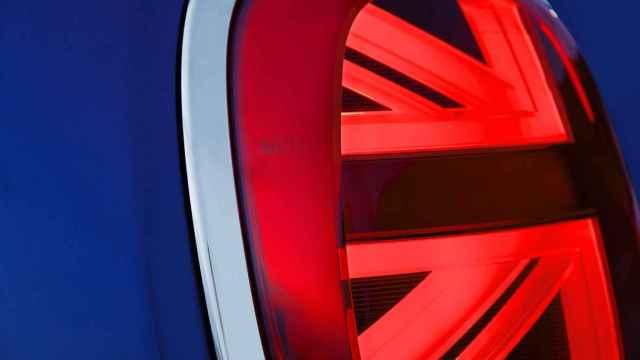 Imagen de la bandera de Reino Unido en el faro de un coche.