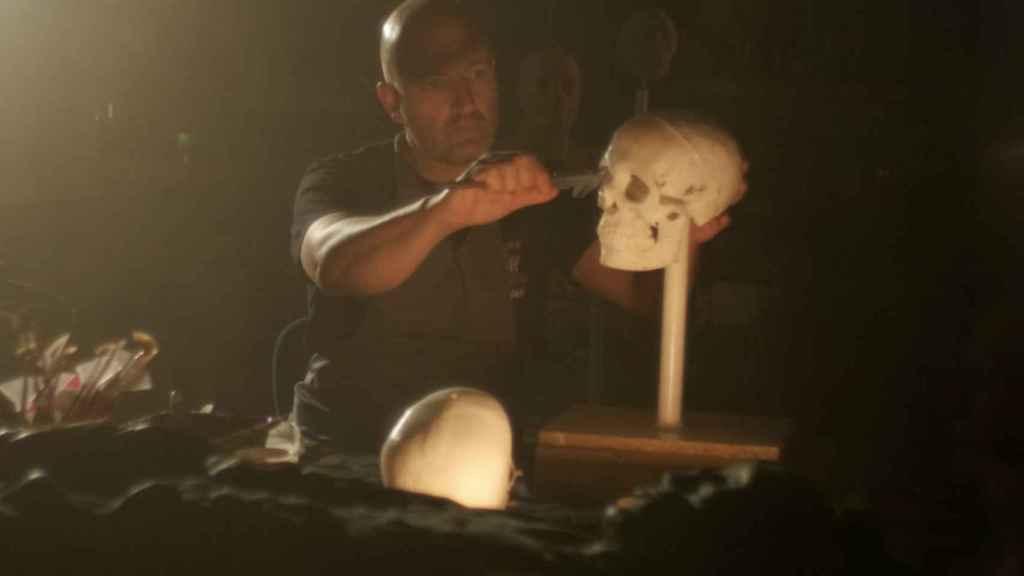 El escultor Juan Villa trabajando con el cráneo de la momia.