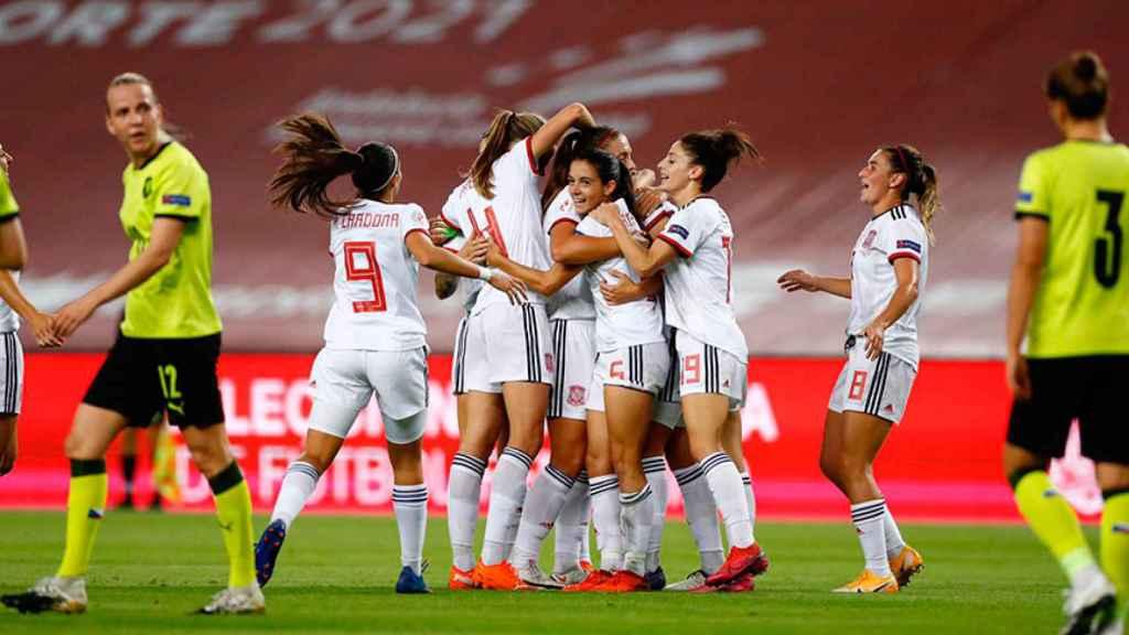 Las jugadoras de la selección de fútbol femenino de España celebran un gol. Foto: Twitter (@SelFutbolFem)