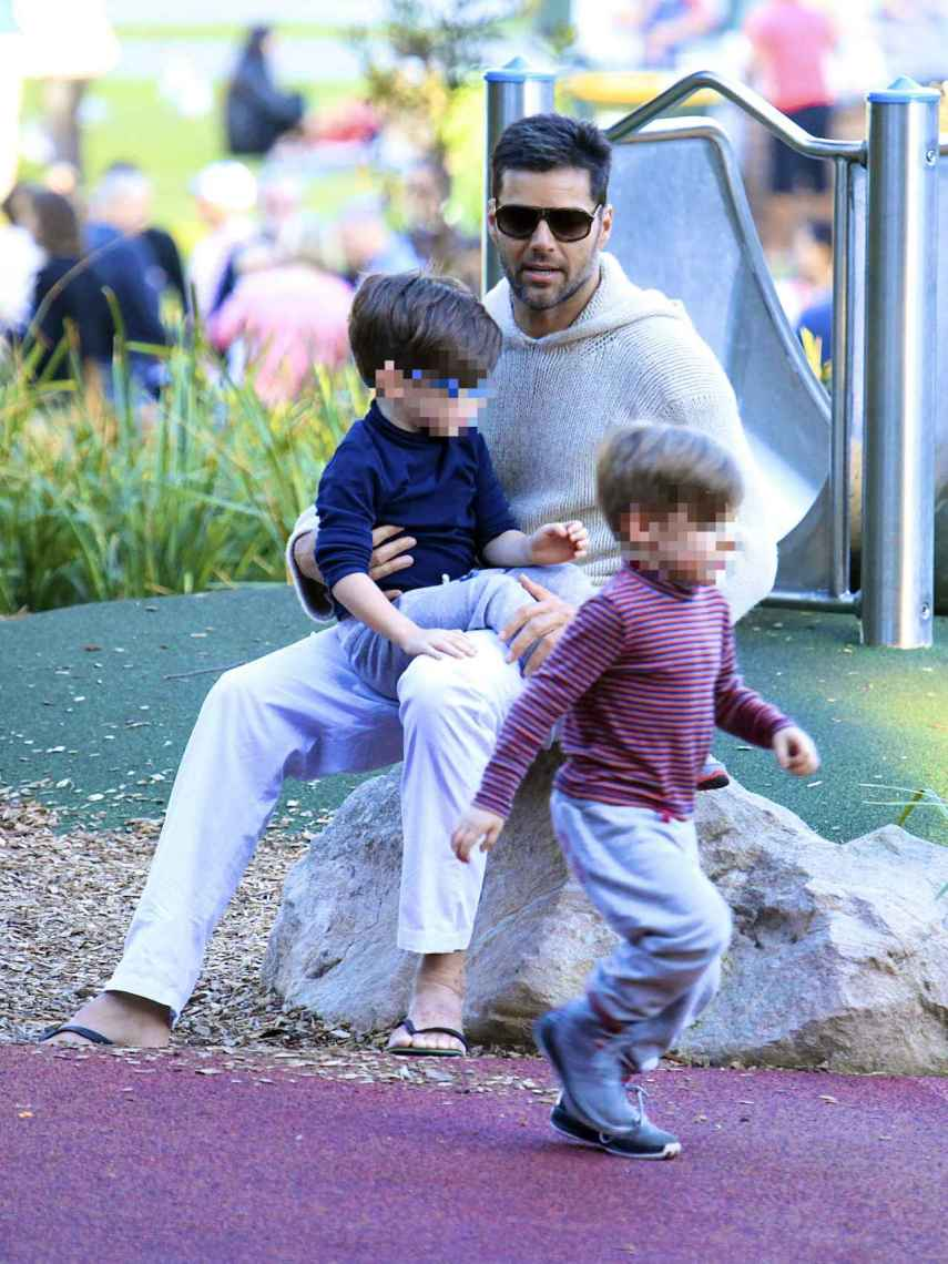 Ricky Martin, en un parque infantil junto a dos de sus hijos.