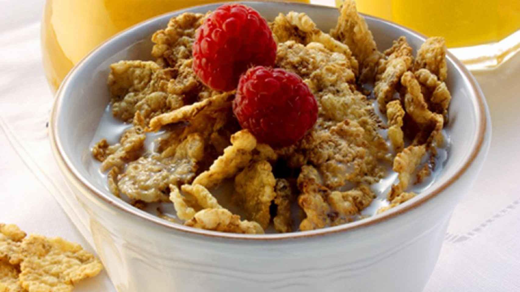 Un desayuno a base de cereales y zumo de naranja.