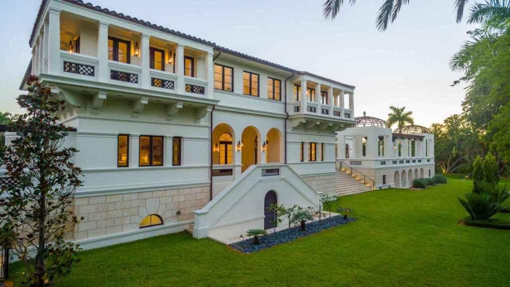 La casa se sitúa en un terreno de más de 1.500 metros cuadrados.