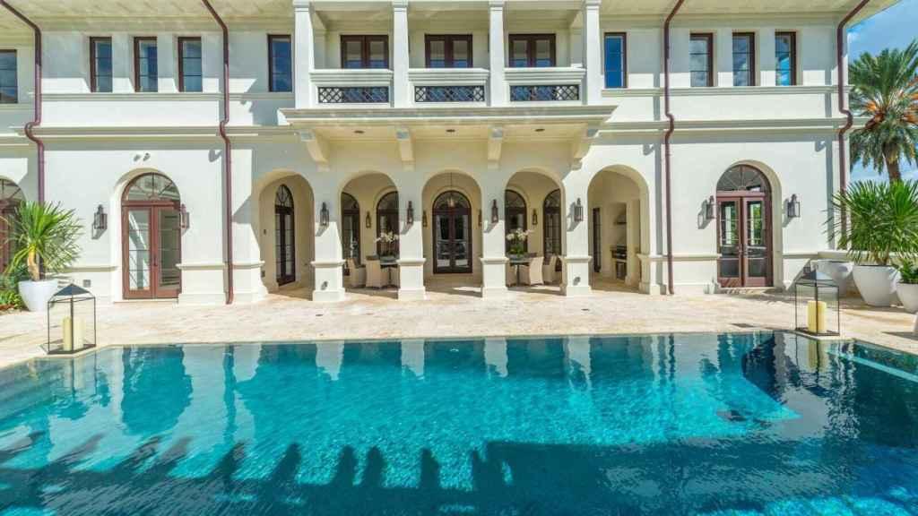La mansión dispone de piscina climatizada y spa.