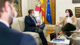 García-Page charla con Melchor mientras Hernando observa