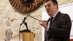 El consejero de Educación y Cultura de la Xunta de Galicia, Román Rodríguez, durante un acto en la Fundación Cela.