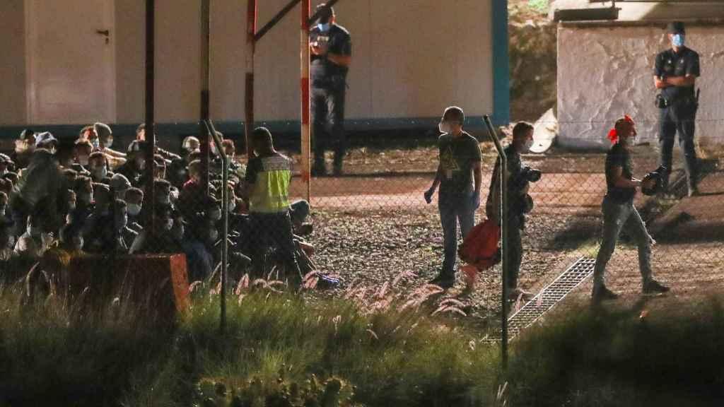 Dos centenares de inmigrantes trasladados al campamento provisional del Ejército en  Barranco Seco, en Gran Canaria.