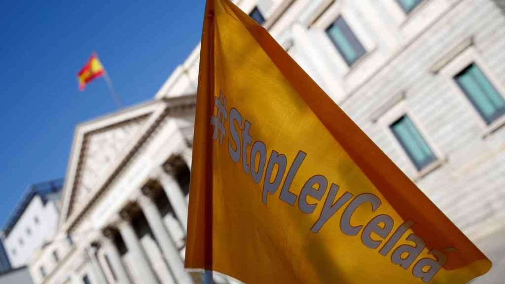 Una bandera de protesta contra la Ley Celaá, a las puertas del Congreso.