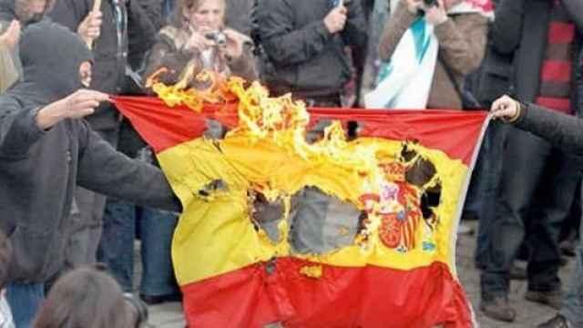 Imagen de archivo de la quema de una bandera nacional en Cataluña./