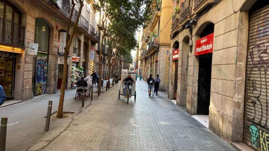 En la calle Joaquín Costa de Barcelona se concentran algunos de estos comercios