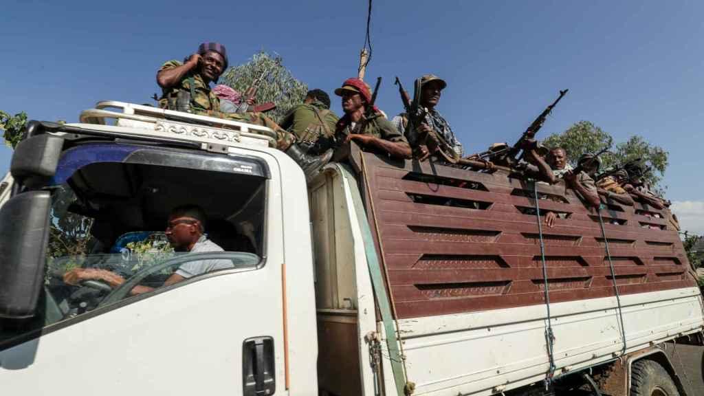 Un camión con hombres armados en Tigray.