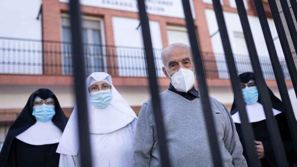 Las hermanas Clara, Luz, Alberta y el padre Vicente, tras la verja de la residencia.