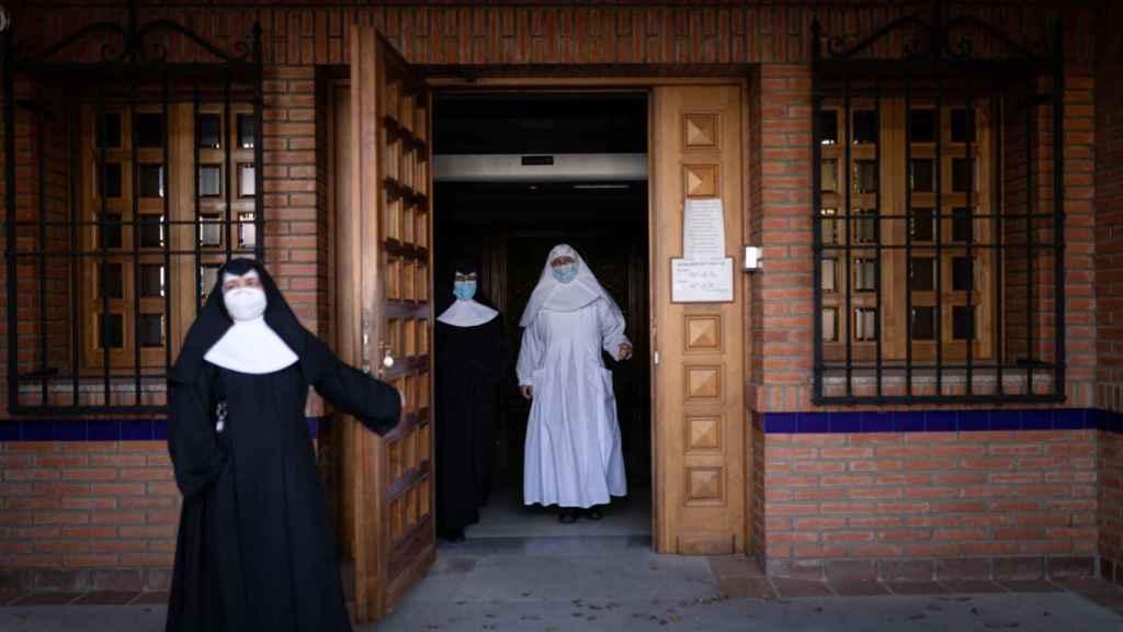 Las hermanas Clara, Alberta y Luz regresando al interior de la residencia.