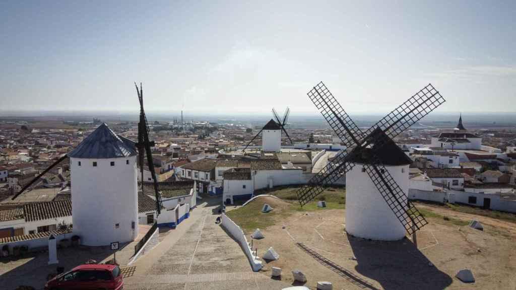 Vista aérea de tres molinos y de la localidad de Campo de Criptana (Ciudad Real)