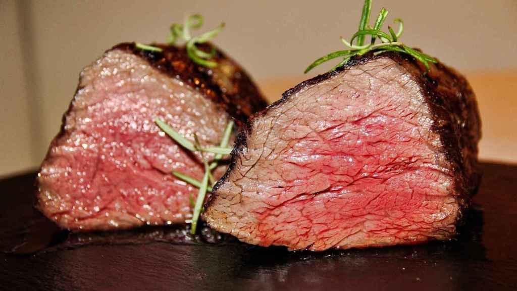 Dos trocitos de carne roja poco hecha.