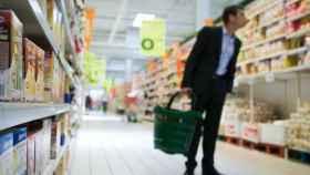 Un hombre mira las etiquetas en un supermercado.