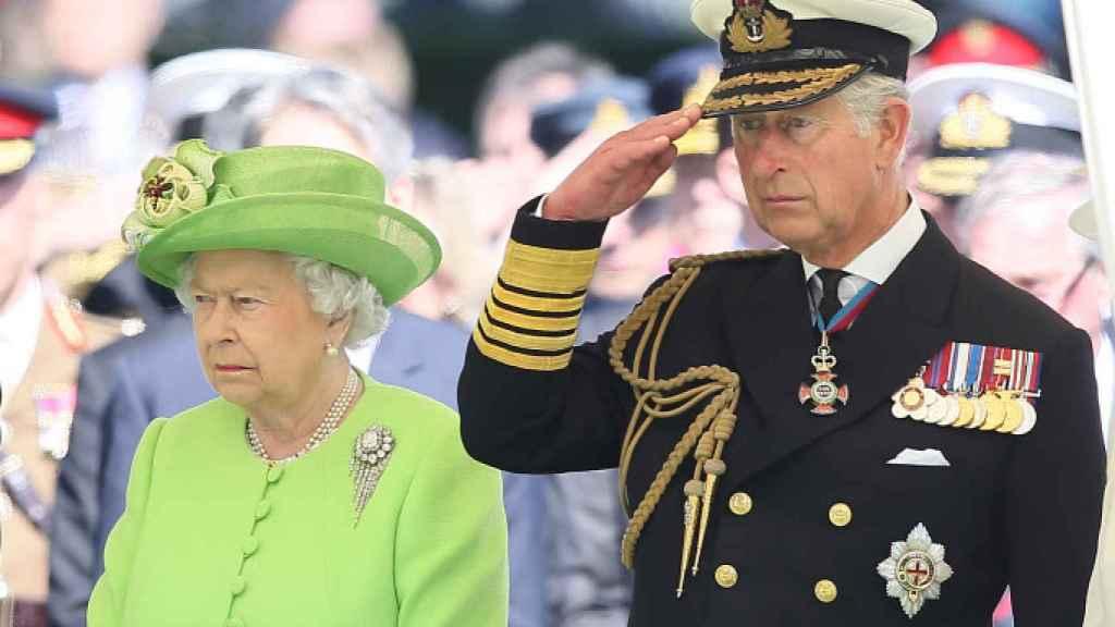 La reina Isabel y el príncipe Carlos, durante un acto en Francia.