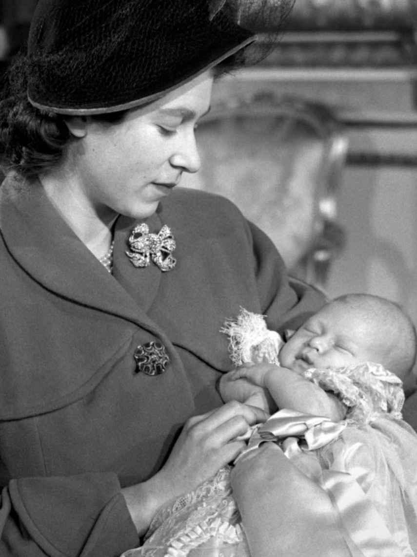 La reina Isabel, junto al príncipe Carlos, un mes después de su nacimiento.