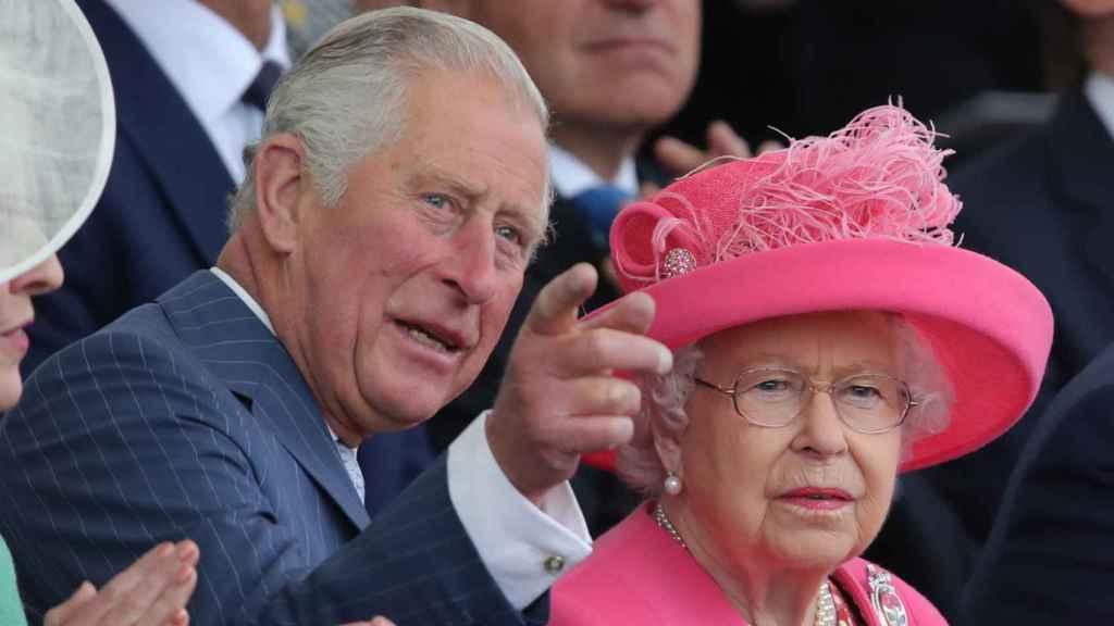 Carlos e Isabel II, durante un acto en Reino Unido.