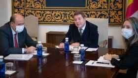 El presidente de Castilla-La Mancha, Emiliano García-Page, y otros representantes políticos durante su reunión con la comisaria europea de Competencia, Margrethe Vestager