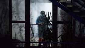Una trabajadora sanitaria con el equipo de protección personal vista en el interior de la residencia de mayores Nosa Señora dos Milagres, en el municipio orensano de Barbadás.