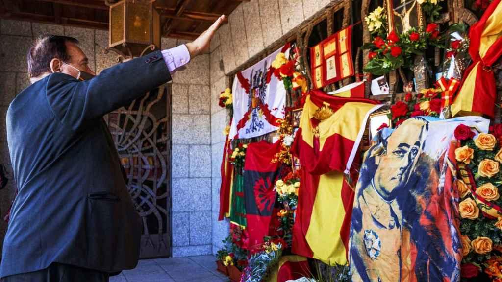 Un nostálgico franquista realiza el saludo romano ante la tumba del dictador en Mingorrubio.