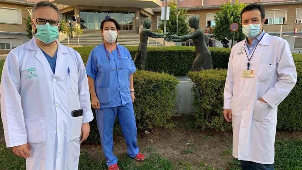 El neurocirujano Antonio López (i), la enfermera Isabel Arenilla, y el obstetra Lucas Cerrillos, parte del equipo.