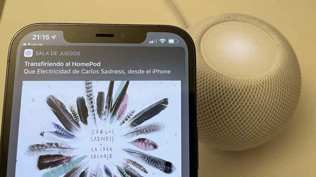 iPhone 12 Pro Max transfiriendo canción al HomePod mini