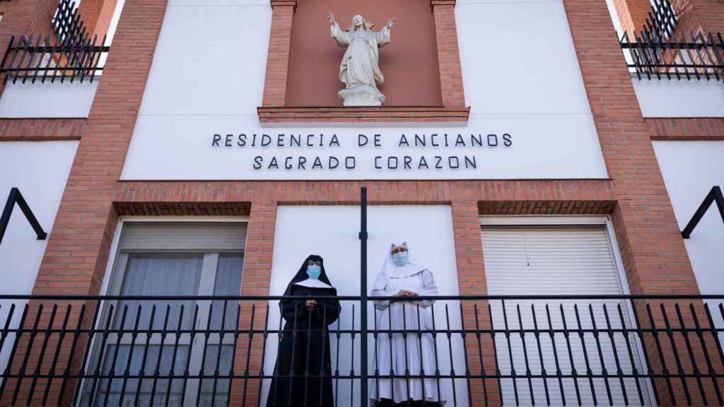 Las hermanas Clara y Luz, en la entrada de la residencia.