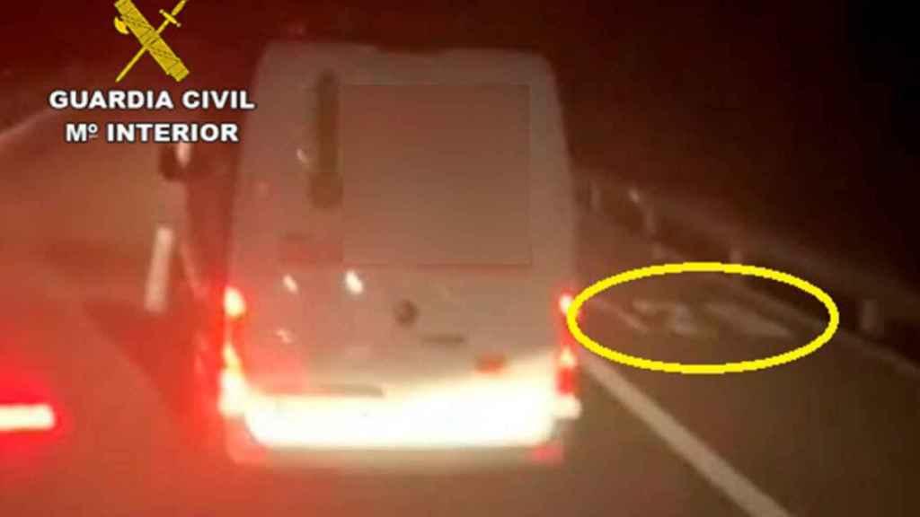 La Guardia Civil logró identificar al conductor de la furgoneta gracias al vídeo que grabó el camionero.