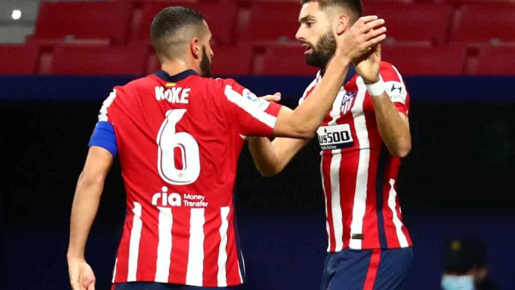 Koke felicita a Carrasco por su gol