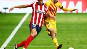 Pugna por el balón de Marcos Llorente y Pedri, en el Atlético de Madrid - Barcelona de La Liga