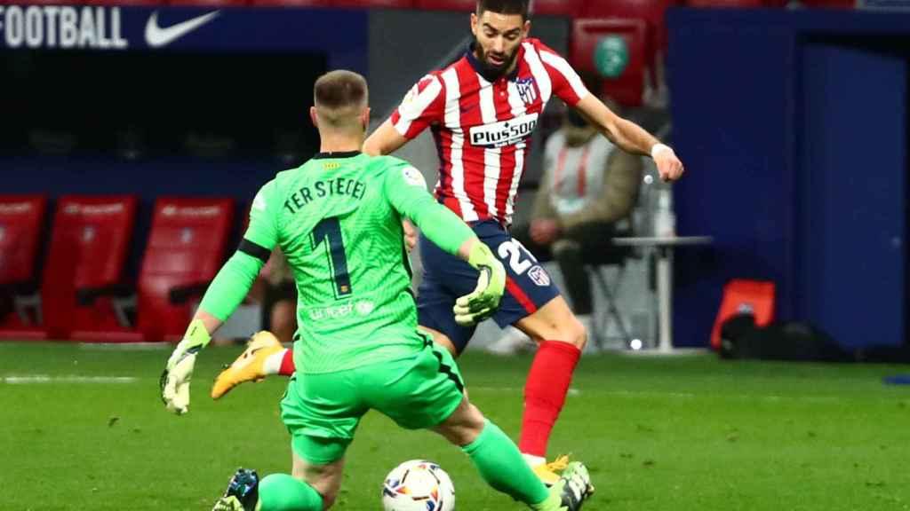 Carrasco regatea a Ter Stegen, en el Atlético de Madrid - Barcelona de La Liga