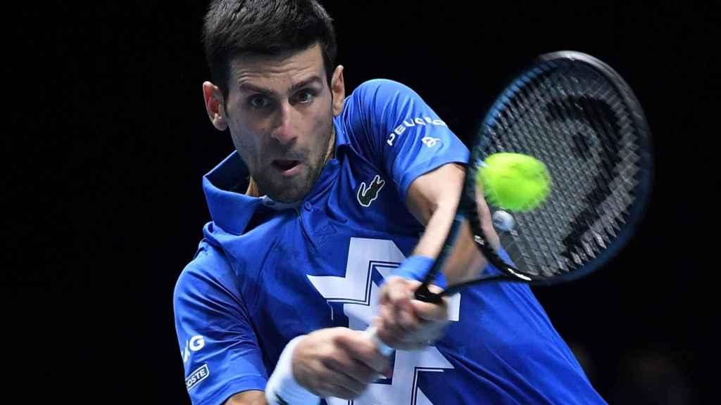 Djokovic conecta un revés ante Thiem en las ATP Finals