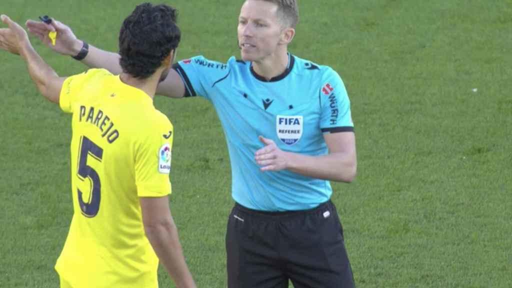 Parejo protesta a Hernández Hernández el gol del Real Madrid (0-1)