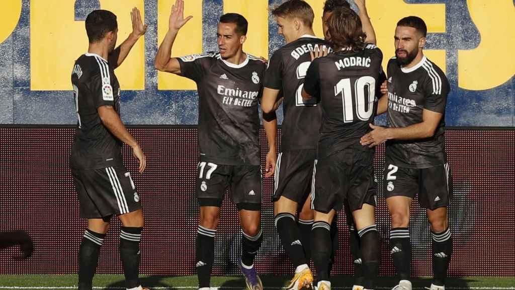 Los jugadores del Real Madrid celebran el gol de Mariano al Villarreal