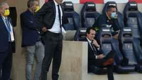 Zidane sigue el partido de pie mientras que Emery permanece sentado en su banquillo