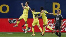 Gerard Moreno celebra el gol al Real Madrid con sus compañeros del Villarreal