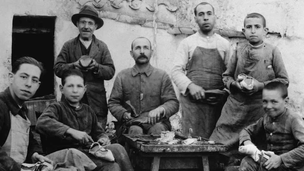 1918 Ferrerías: El abuelo de Lina y su padre Jaime de niño, en el taller artesanal de zapatillas de ballet.